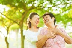 Ältere Mutter und Tochter stockfoto