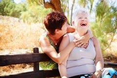 Ältere Mutter und Tochter, die Spaß hat Stockbild