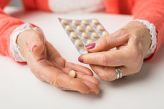Ältere nehmende Medizin lizenzfreies stockfoto