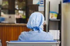 Ältere oder ältere Dame von hinten das Sitzen, das auf ihre Drehung wartet lizenzfreies stockbild