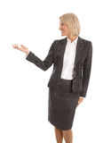 Ältere oder reife lokalisierte Geschäftsfrau, die über Weiß sich darstellt Stockfotografie