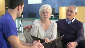 Ältere Paar-Sitzung mit Chirurgen In Hospital stock footage