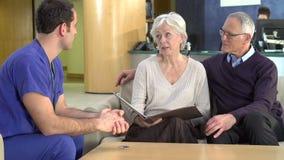 Ältere Paar-Sitzung mit Chirurgen In Hospital stock video footage