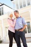 Ältere Paar-stehendes äußeres Traumhaus Stockbilder
