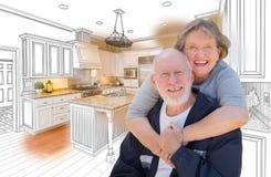 Ältere Paare über kundenspezifischer Küchen-Konstruktionszeichnung und Foto Stockfotografie