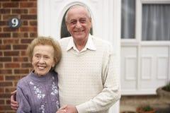 Ältere Paare außerhalb des Hauses Stockfotos