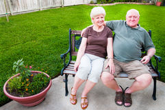 Ältere Paare auf Bank Lizenzfreies Stockbild