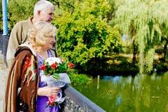 Ältere Paare auf Brücke lizenzfreie stockfotos