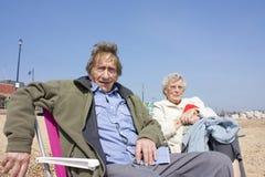 Ältere Paare auf dem Strand stockfoto