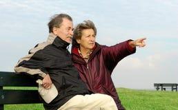 Ältere Paare auf einer Bank stockfotografie