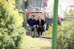 Ältere Paare auf einer Sesselbahn, die Landschaft genießt Lizenzfreies Stockfoto