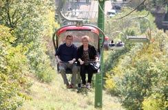 Ältere Paare auf einer Sesselbahn, die Landschaft genießt Lizenzfreie Stockfotos