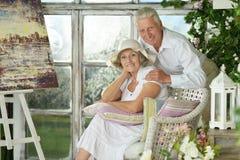 Ältere Paare auf hölzernem Portal Stockfotos
