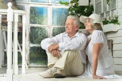 Ältere Paare auf hölzernem Portal Stockbilder