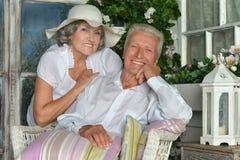 Ältere Paare auf hölzernem Portal Stockbild