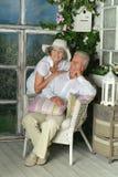 Ältere Paare auf hölzernem Portal Lizenzfreie Stockbilder