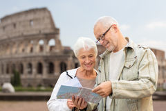 Ältere Paare auf Stadtstraße stockfoto