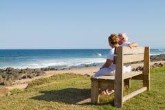 Ältere Paare auf Strand Stockfotos