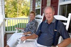 Ältere Paare auf vorderem Portal Lizenzfreie Stockfotografie