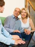 Ältere Paare beantworten Fragen des Sozialarbeiters Stockbild