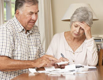 Ältere Paare betroffen über die Schuld, die zusammen Rechnungen durchläuft Stockbild