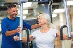 Ältere Paare in der Gymnastik stockbild