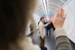 Ältere Paare in der Halle der U-Bahn Abschied nehmend Lizenzfreie Stockfotos