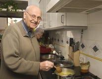 Ältere Paare an der Küche Stockfotografie