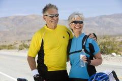 Ältere Paare in der Sportkleidung, die weg schaut Stockbild
