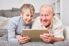 Ältere Paare, die über PC lernen Stockfotografie