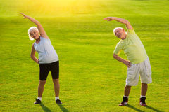 Ältere Paare, die Übung tun lizenzfreies stockbild