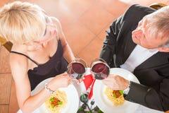 Ältere Paare, die Abendessen essen stockfoto