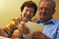 Ältere Paare, die alte Fotographien betrachten. Stockfoto