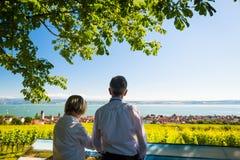 Ältere Paare, die Ansicht über Bodensee genießen Lizenzfreie Stockfotos