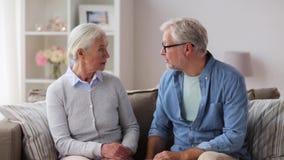 Ältere Paare, die Argument zu Hause haben stock video