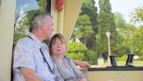 Ältere Paare, die auf Boots-Reise sich entspannen stock video footage