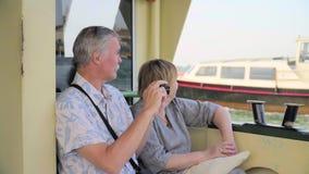 Ältere Paare, die auf Boots-Reise sich entspannen stock video