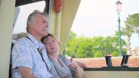 Ältere Paare, die auf Boots-Reise sich entspannen stock footage
