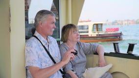Ältere Paare, die auf Bootsreise sich entspannen stock video