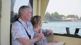 Ältere Paare, die auf Bootsreise sich entspannen stock footage