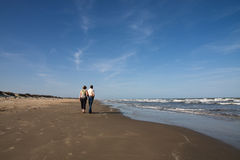 Ältere Paare, die auf den Strand gehen Lizenzfreie Stockfotos