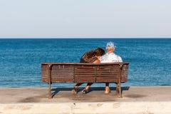 Ältere Paare, die auf der Bank sitzen Lizenzfreies Stockbild