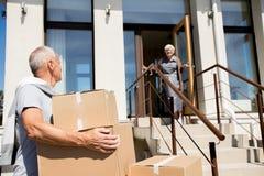 Ältere Paare, die auf neues Haus sich bewegen lizenzfreies stockfoto