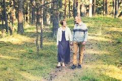 Ältere Paare, die auf Schneisehändchenhalten gehen Lizenzfreies Stockbild