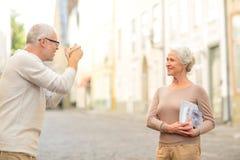 Ältere Paare, die auf Stadtstraße fotografieren Stockbild