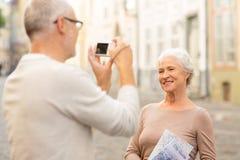 Ältere Paare, die auf Stadtstraße fotografieren Lizenzfreie Stockbilder