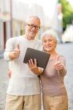 Ältere Paare, die auf Stadtstraße fotografieren Stockfoto