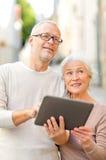 Ältere Paare, die auf Stadtstraße fotografieren Stockfotografie