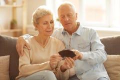 Ältere Paare, die Bilder betrachten stockbilder