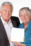 Ältere Paare, die Buch mit Exemplarplatz zeigen Stockbild